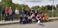 Die Samstagslerner, ihre Betreuer und Vertreter der Naturfreunde Groß-Gerau auf der Martin-Roth-Brücke anlässlich einer Kühkopf-Exkursion